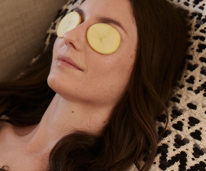 Raw potatoes to remove dark circles